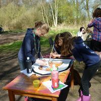 De padvindsters schilderen voor NPK