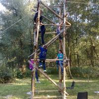 De padvindsters hebben een toren gebouwd