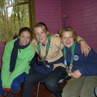 Padvindsters van Scouting Look Wide gaan er even voor zitten