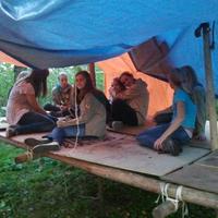 De Padvindsters van Scouting Look Wide bouwen boomhutten