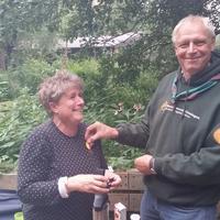 Marianne ontvangt het bronzen waarderingsteken als dank voor haar vele jaren bij Scouting Look Wide